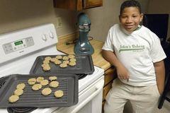 Bé 8 tuổi mở tiệm bánh kiếm tiền mua nhà cho mẹ đơn thân