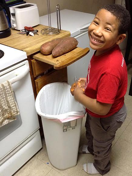 cậu bé, 8 tuổi, tiệm bánh, kinh doanh, mua nhà, mẹ đơn thân, trẻ em kinh doanh