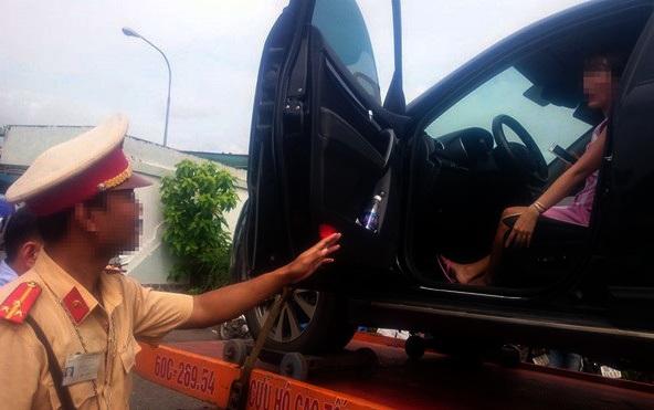 """Nữ tài xế bị cẩu cả xe và người: """"Cố thủ"""" để giữ 1 tỉ đồng"""