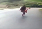 Gái xinh bốc đầu xe đạp, lao dốc, đổ đèo gây sốc