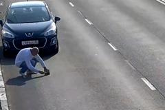 Mất 20 giây, người đàn ông khiến thế giới ngả mũ