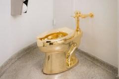 Bảo tàng gây sốc khi trưng bày bồn cầu đúc bằng vàng