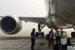 Hành khách quên giờ, xông vào đường băng, chặn máy bay