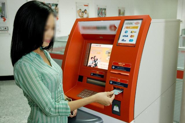 Rút tiền, cây ATM, cô gái, ngân hàng, mất tiền, lừa đảo, tín dụng đen, mất cắp, nhặt được tiền,