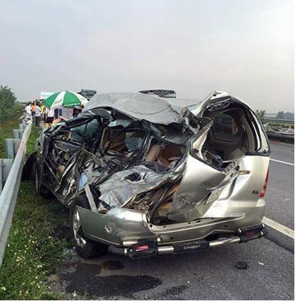 Xe tải tông xe con trên cao tốc Nội Bài-Lào Cai, 2 người chết