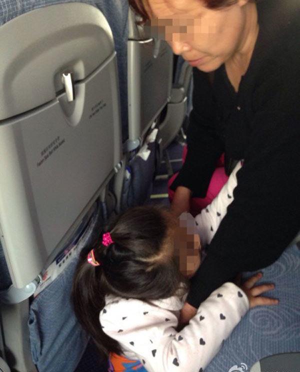 Hành khách tè bậy trước mặt nữ tiếp viên hàng không