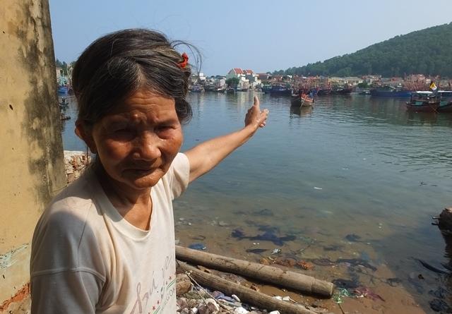Gần 50 tấn cá chết ở Nghi Sơn: Bất thường vệt nước đen