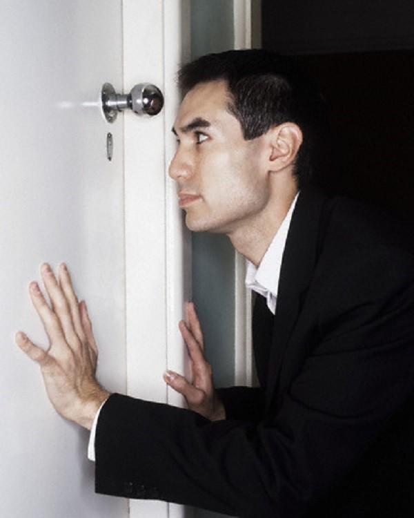 Chết lặng trước hành động của vợ và bạn thân trong phòng cưới