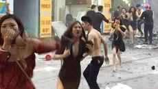 Tranh cãi 'nảy lửa' vụ cô gái cởi áo ngực bịt mặt thoát thân