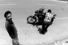 Lạ cảnh kẻ móc túi lấm lét trả lại ví cho nạn nhân