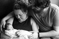 Nghẹn lòng với bộ ảnh bố mẹ chụp cùng con qua đời chỉ 1 giờ sau sinh