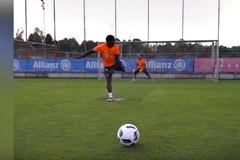 Sao Bayern quay lưng về khung thành, đánh gót ghi bàn 11m