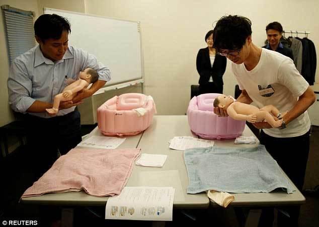 Trai Nhật học mang bầu, chăm con để dễ kiếm vợ