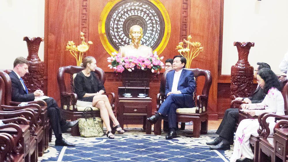 Bí thư Thăng mời tân Tổng lãnh sự Hoa Kỳ thăm chùa