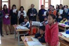 """Giáo viên dự giờ vây kín học sinh: """"Chuyện bình thường ở huyện!"""""""