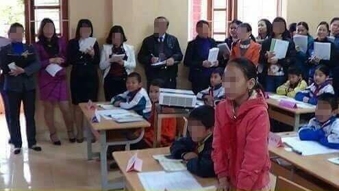"""Bức ảnh giáo viên dự giờ vây kín học sinh: """"Chuyện bình thường ở huyện!"""""""