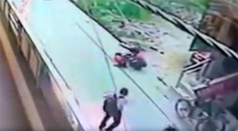 Người qua đường dửng dưng nhìn cô gái bị đánh chết