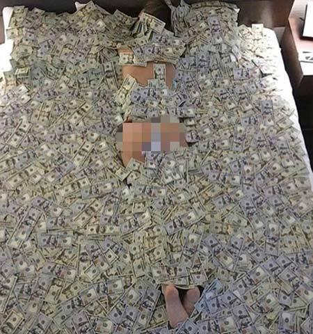 Thiếu gia nhà giàu ngủ trong tiền, tắm bằng rượu