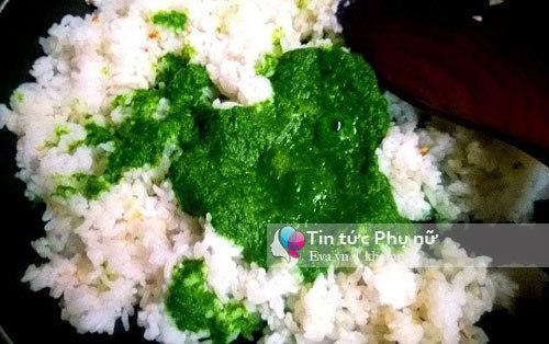 Cơm chiên rau xanh ăn kèm gà sốt xí muội