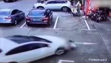 Mải dùng điện thoại, tài xế tông vào 3 đứa trẻ