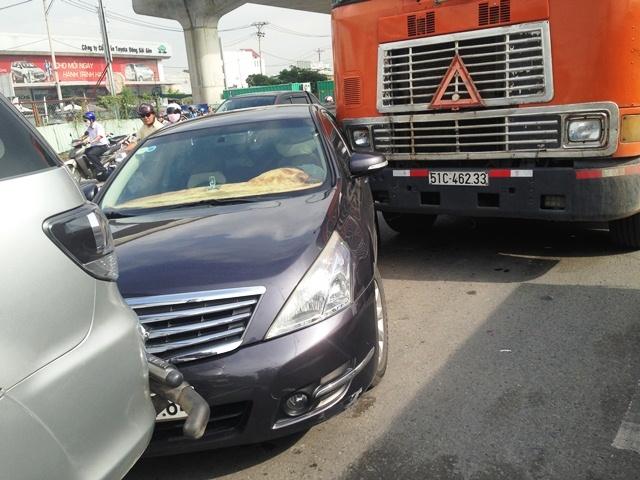 Cửa ngõ Sài Gòn tê liệt 2 giờ sau vụ tông xe liên hoàn