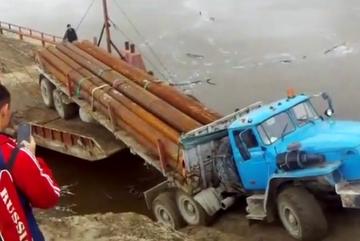 Siêu ôtô tải gãy gập tụt xuống biển, tài xế bỏ chạy