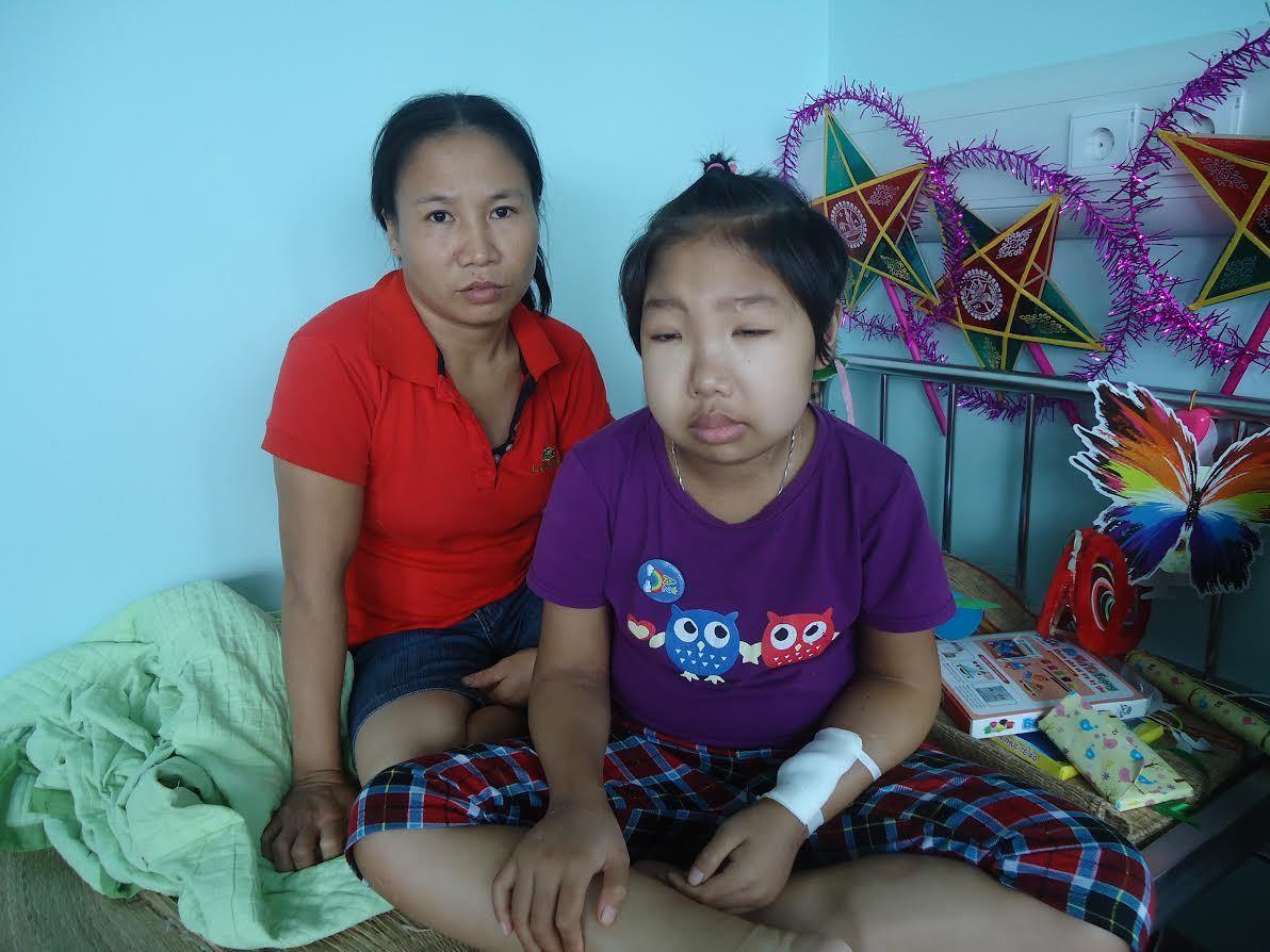 Bố mẹ ốm đau vẫn gồng mình kiếm tiền chữa bệnh cho con