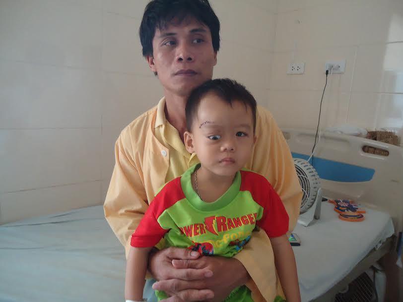 Quặn lòng trước bé trai 3 tuổi nguy kịch vì căn bệnh u nguyên bào võng mạc
