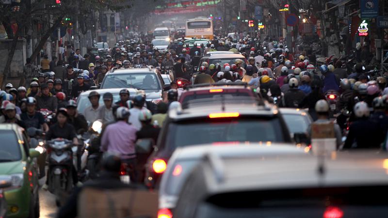 Cảnh tắc đường thường xuyên xảy ra trên phố Khâm Thiên. Theo nhận xét của Llewellyn King
