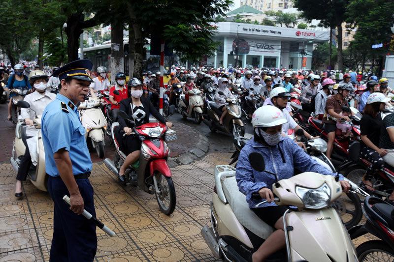 Hàng triệu chiếc xe máy di chuyển mỗi ngày khiến nhiều lúc vỉa hè