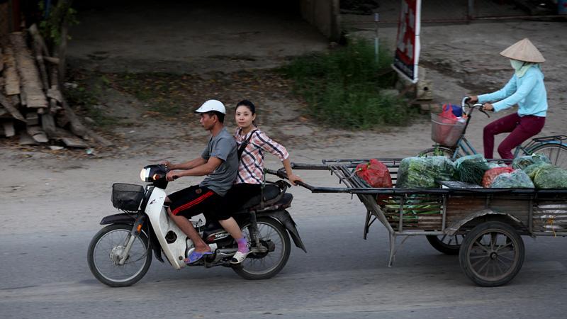 Biến thể của những chiếc xe máy cũng kỳ quặc và không tuân theo bất kỳ nguyên tắc nào miễn là phù hợp với công việc mỗi cá nhân. Xe máy kéo rơ mooc khá phổ biến trên các đường phố Hà Nội