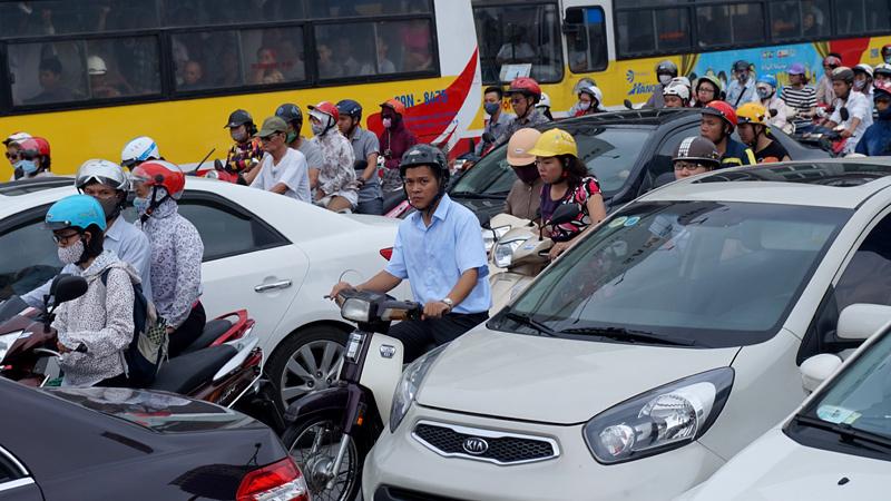 Chủ nhân những chiếc xe máy len lỏi vào bất cứ chỗ nào đủ diện tích trong một lần tắc đường trên đường Nguyễn Trãi. Ông Llewellyn King viết trong bài báo về những người điều khiển xe máy: