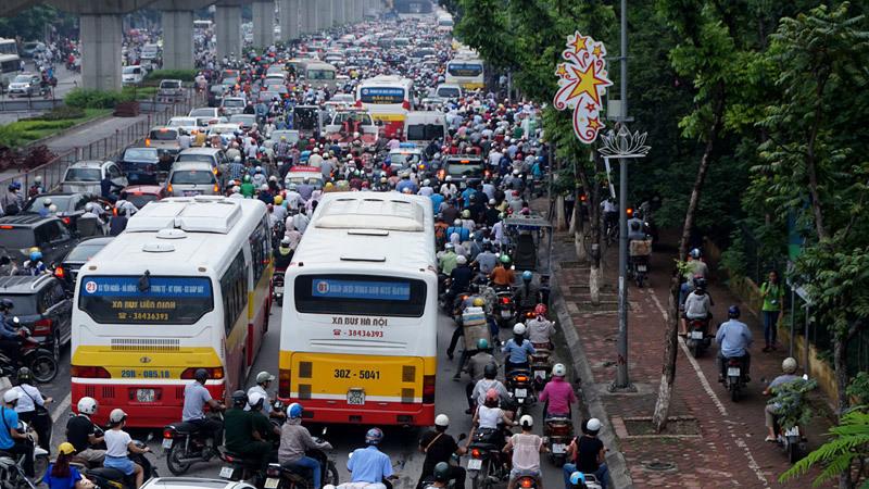 Xe buýt xếp hàng đôi, xe máy leo thoải mái trên vỉa hè đường Nguyễn Trãi