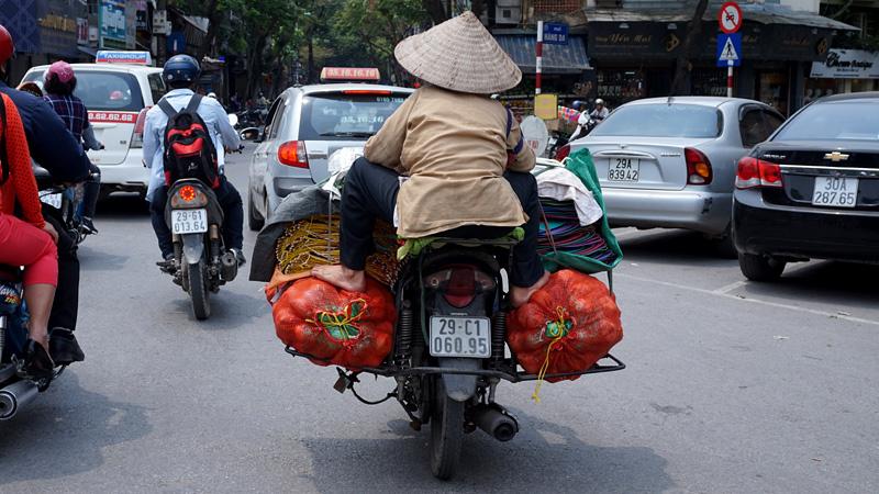 Hình ảnh thường thấy ở Hà Nội nhưng tạo sự ngạc nhiên cao độ với người nước ngoài