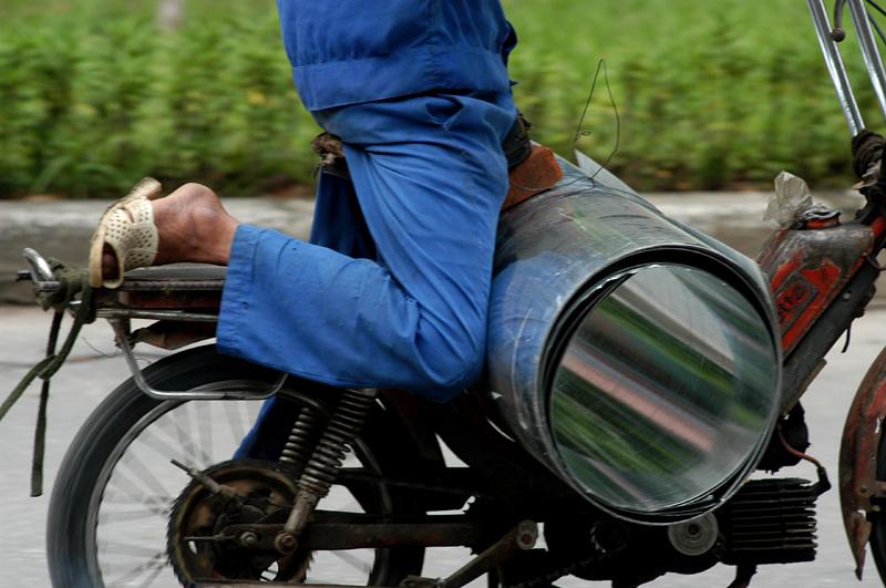 Sự sáng tạo trong việc chở hàng trên những chiếc xe gắn máy