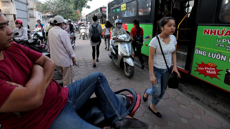 Người đi bộ cùng xe máy di chuyển trên vỉa hè đường Nguyễn Trãi