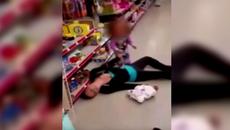 Clip nhói lòng, bé 2 tuổi cố kéo mẹ dậy trong tuyệt vọng