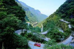 Xem Ferrari chinh phục 11km đường đèo trong 10 phút