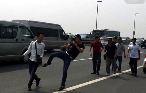 Phóng viên, phóng viên bị hành hung, cầu Nhật Tân, tài xế chết bất thường