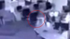 Clip chiếc ghế tự di chuyển trong đêm khuya trên sàn gây sốc