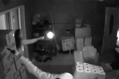 Clip cô gái trẻ đấu súng với 3 tên cướp lan truyền chóng mặt