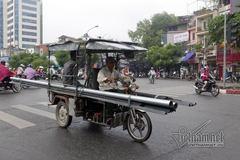 Hình ảnh xe hung thần chở sắt khắp Hà Nội