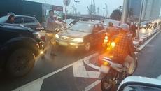 Xôn xao: Bức ảnh người phụ nữ đỗ xe máy ngược chiều ở Hà Nội
