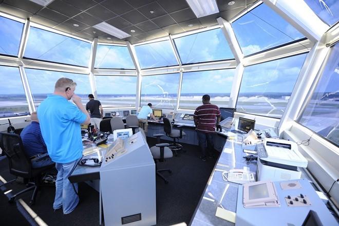 công việc, nhân viên kiểm soát không lưu, thang máy, phi công, máy bay thương mại, lương cao, đại học, bằng cấp