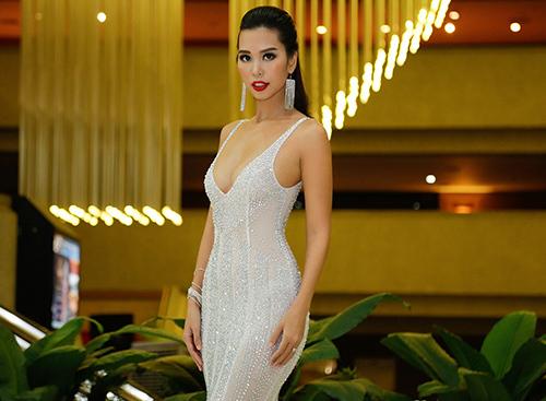 Hà Anh khoe vòng 1 táo bạo bên Hoa hậu Hoàn vũ