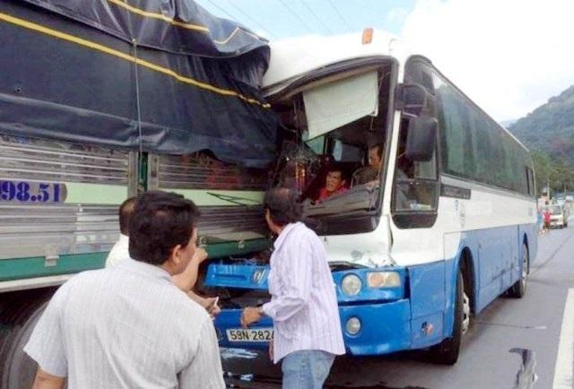 Xe khách được dìu ở đèo Bảo Lộc bị phạt hơn 10 triệu