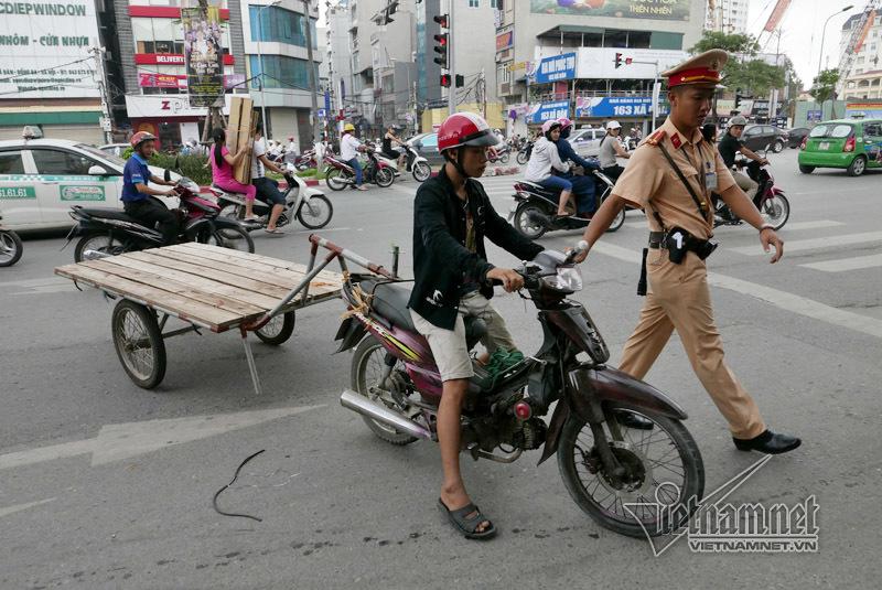 Hà Nội: Chở cồng kềnh, lái xe ngớ người khi bị bắt