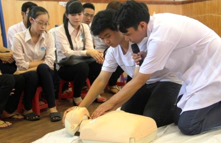 tôn cứa cổ, cấp cứu, vết thương mạch máu, sơ cứu đúng cách, trẻ em