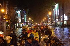 Mưa lớn cuốn trôi xe máy trên phố Sài Gòn
