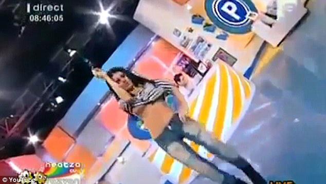 MC thời tiết lộ ngực vì khiêu vũ quá sung trên sóng truyền hình